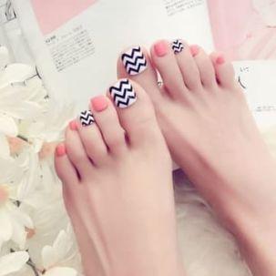 faux ongles pieds chevrons et corail