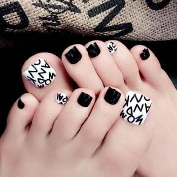 faux ongles de pieds blnc et noirs